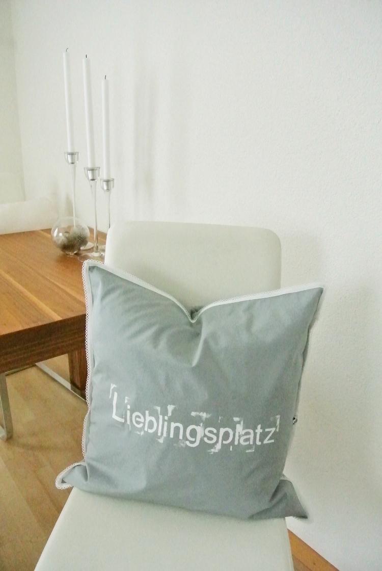 n hen kissen zum kuscheln mit schriftzug lieblingsplatz. Black Bedroom Furniture Sets. Home Design Ideas