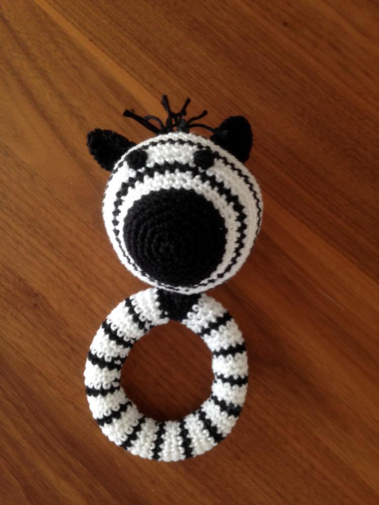 h keln f r die kleine enya ein zebra zum rasseln. Black Bedroom Furniture Sets. Home Design Ideas