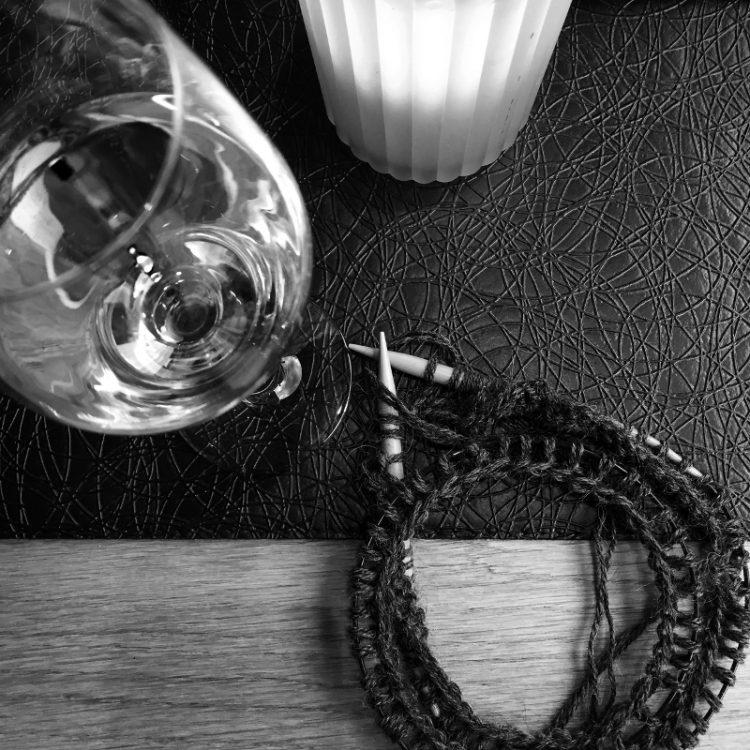 • Wolle & Garn • einfacher Langarmpullover aus Alpakawolle stricken • stricken und ein Gläschen Wein