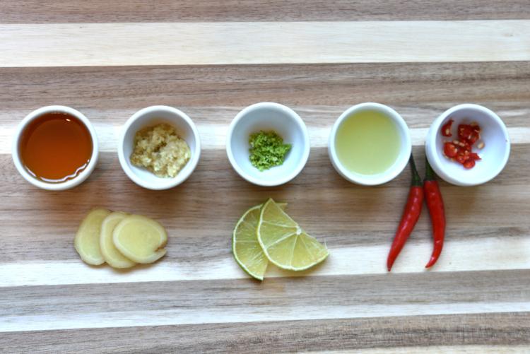 Erkältungstee aus Ingwer, Limette, Honig und Pepperoncini