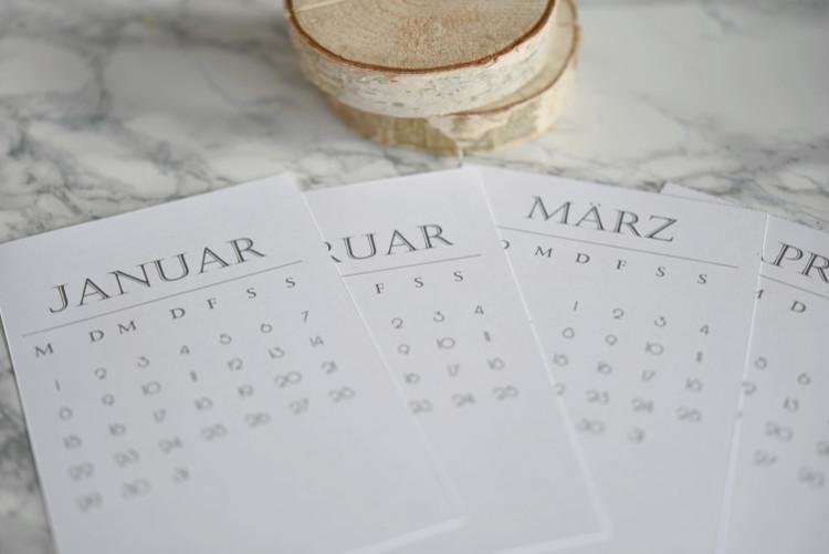 • diy • Halter aus Holzscheiben für deine Lieblingsfotos • Kalender ausdrucken