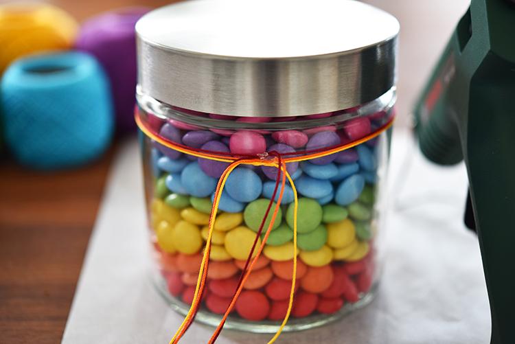 • diy • Regenbogen im Glas - Smarties zum verschenken • buntes Garn