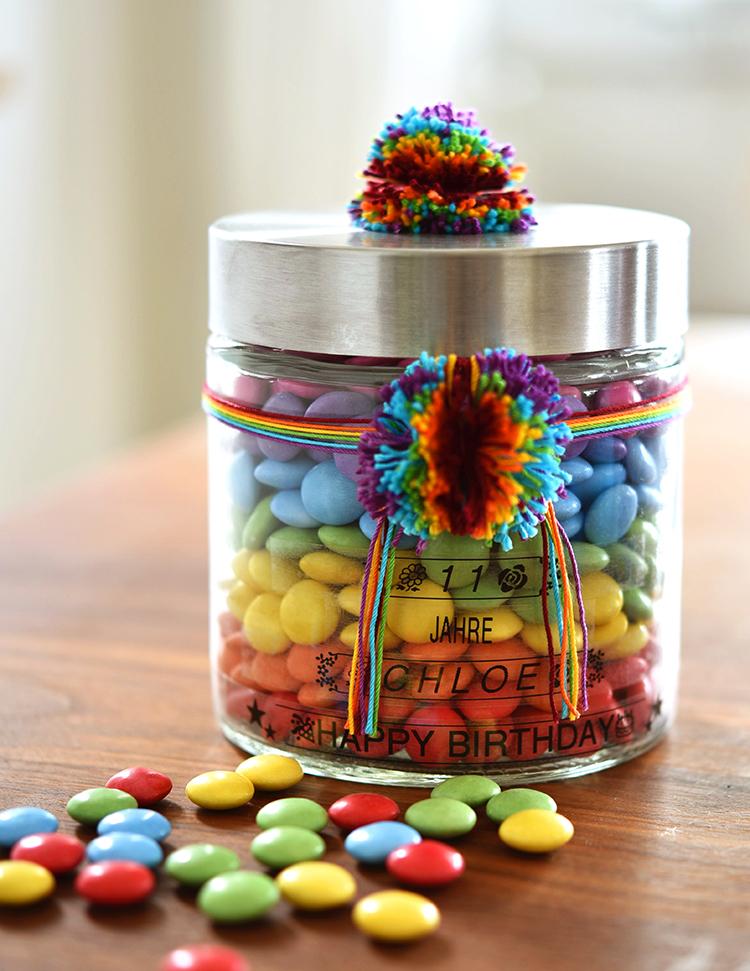 • diy • Regenbogen im Glas - Smarties zum verschenken • ankleben