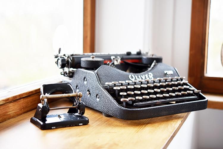 tell a story • Altes • alte Fundstücke und Erinnerung • Schreibmaschine und Locher