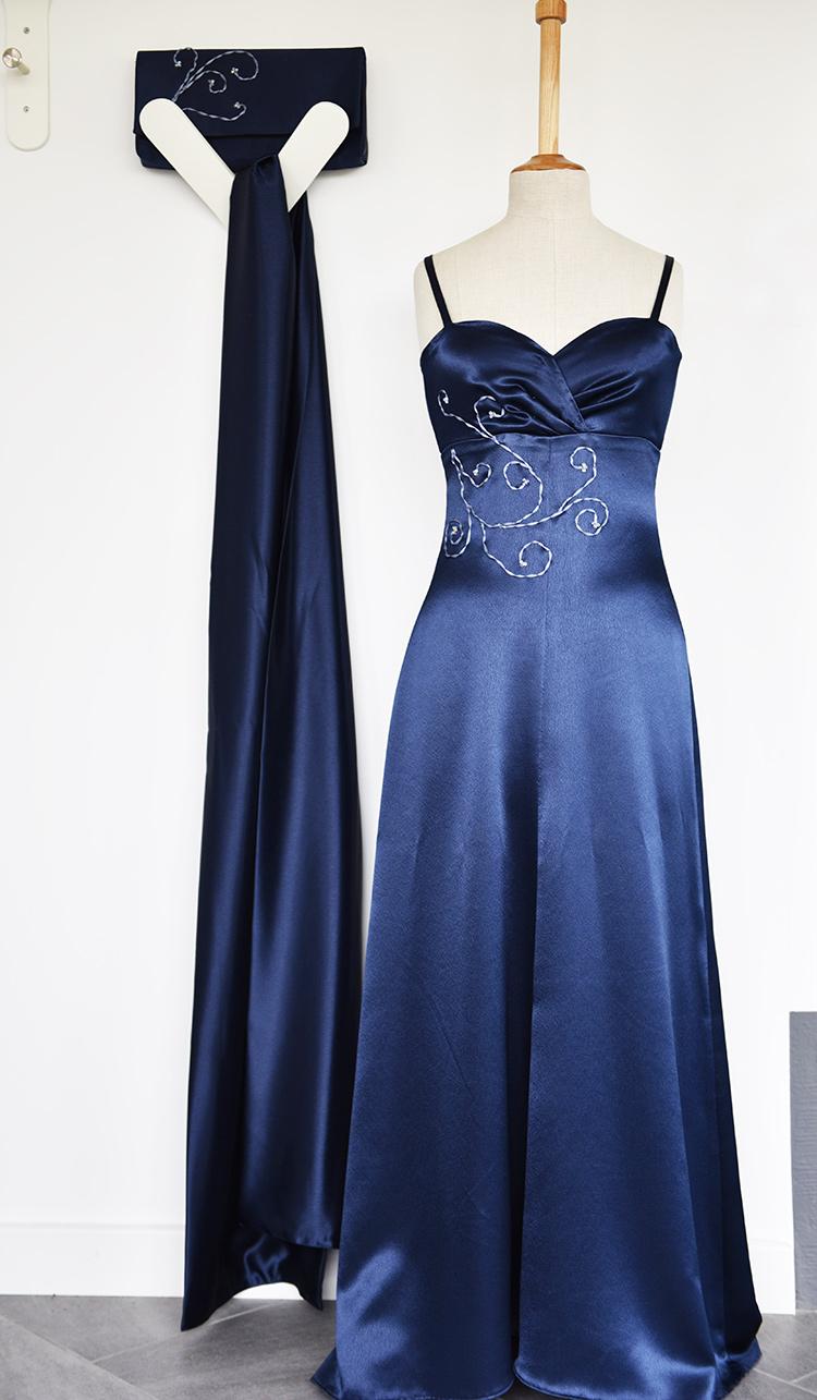 • tell a story • blau wie die Nacht oder das Satinkleid • das fertige Kleid mit Tuch und Clutch