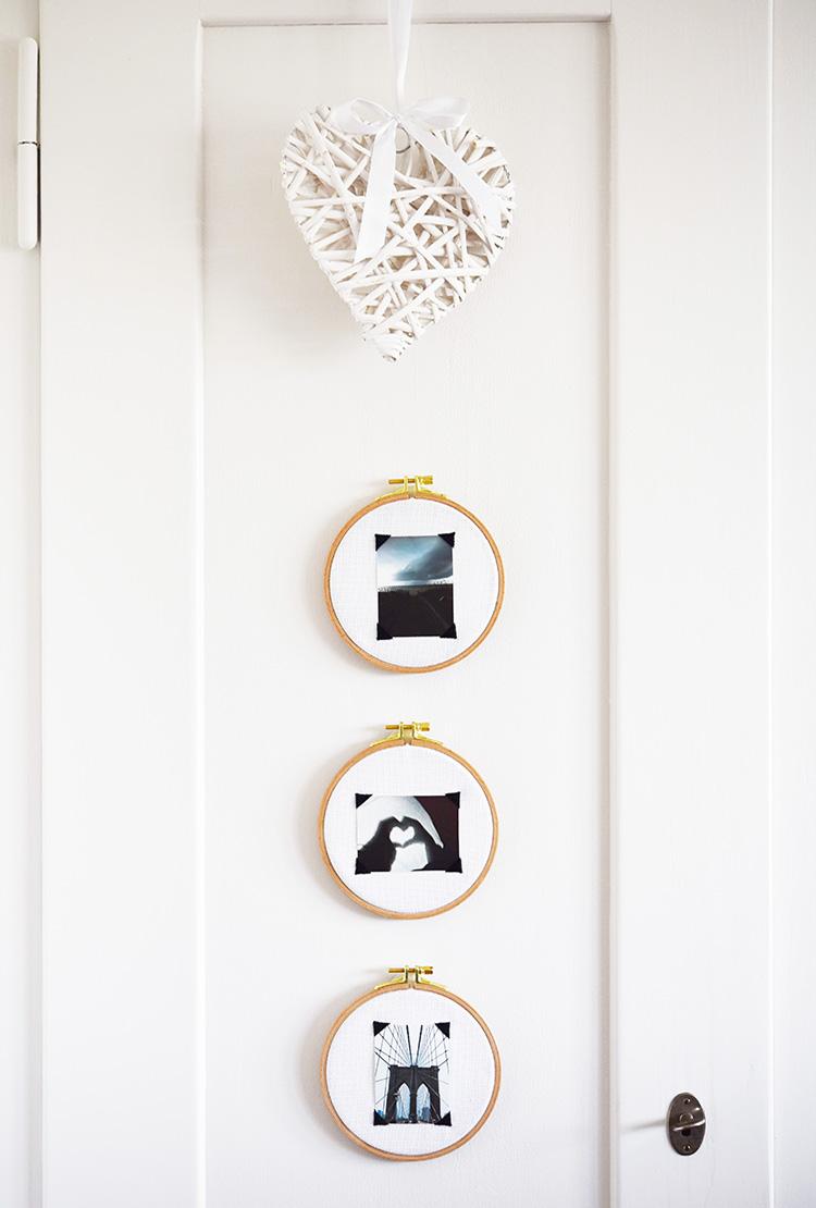 • diy • Mini-Fotos im Stickrahmen • an der Holztür kommen sie gut zur Geltung